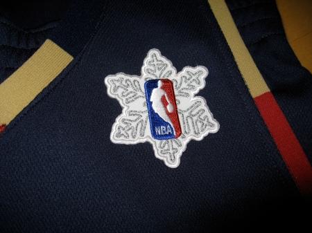 Todos os times da NBA vão usar este patch perto do Natal, um floco de neve atrás do logo da NBA